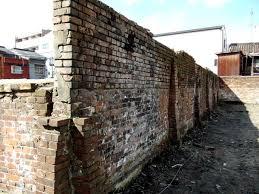 キョンチャルアパートの煉瓦塀